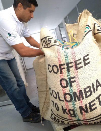Jorge, alistando café FairTrade para Alemania